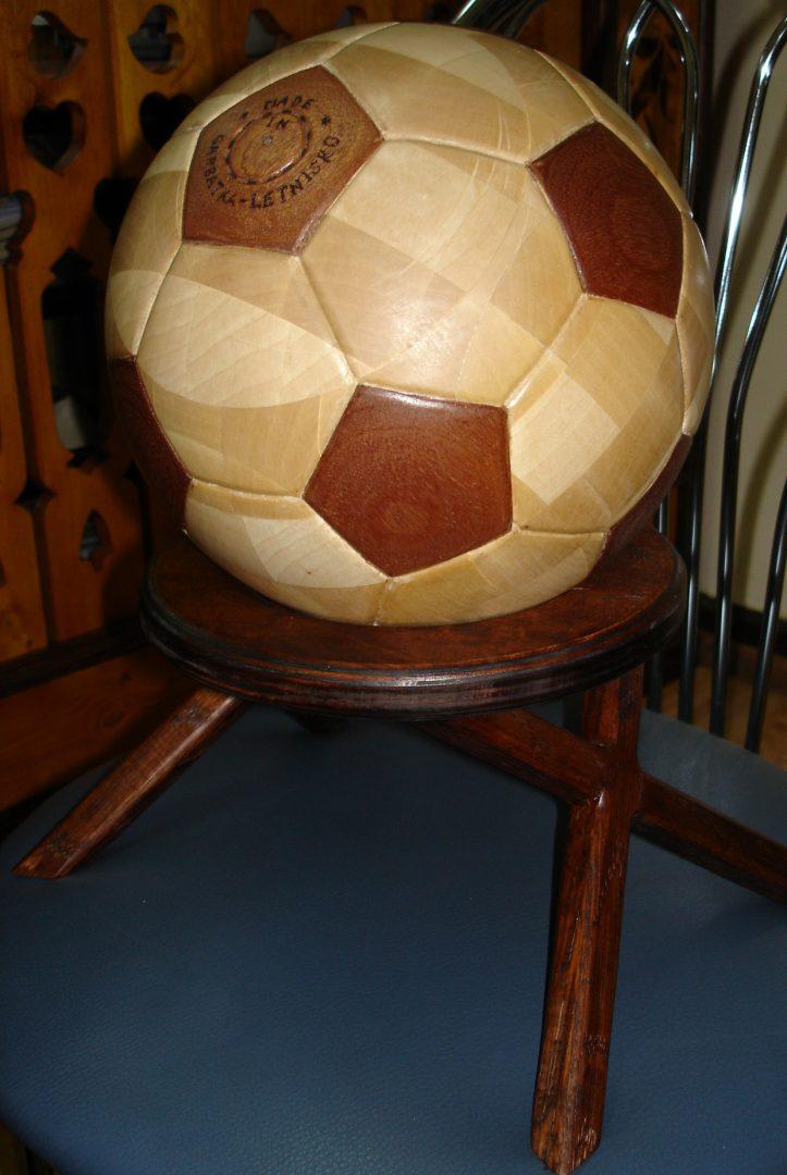 Drewniana piłka futbolowa